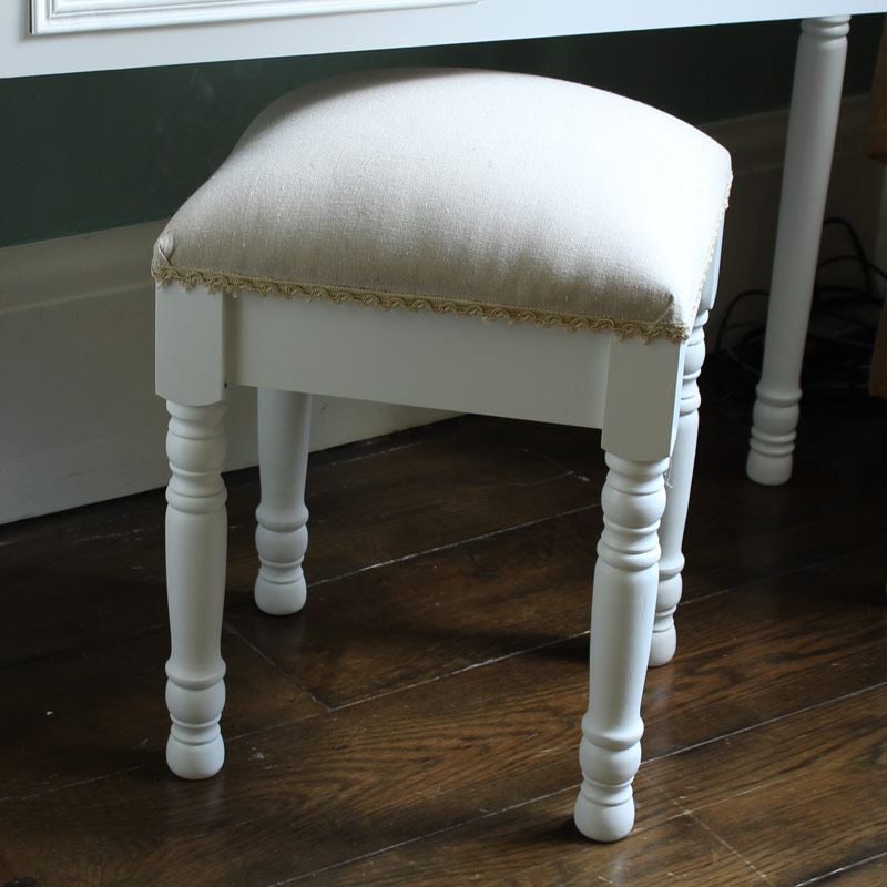 White wooden padded dressing table stool shabby vintage for Chaise pour coiffeuse