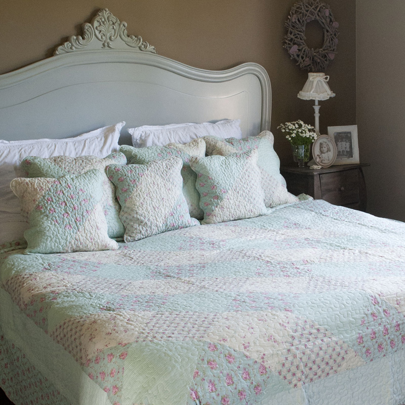 quilted blue floral damask print bedspread melody maison. Black Bedroom Furniture Sets. Home Design Ideas