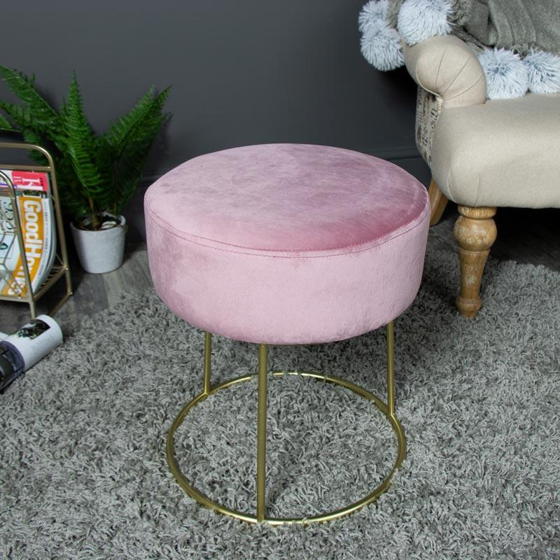 Pink velvet boudoir stool with gold base melody maison for Boudoir stoel